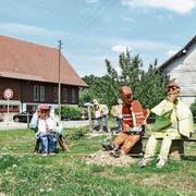 Oft halten Autofahrer an, um ein Foto von den Bauarbeiter-Figuren im Egghof zu machen. (Bild: Roman Scherrer)