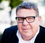 Patrick Tschan hat einen abenteuerlichen Roman über einen tollpatschigen Toggenburger geschrieben, der nur Käse im Kopf hat. (Bild: Stefan Bohrer)