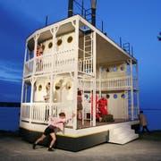 Eine Drehbühne am Seeufer: Das See-Burgtheater Kreuzlingen zeigt die Komödie «Arsen und Spitzenhäubchen». (Bild: Mario Gaccioli))