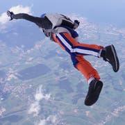Mit dem Fallschirm aus dem Flugzeug springen, das kann man auch als Wettkampf tun. (Symbolbild: PD)