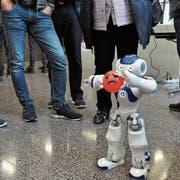 Über die Branchen hinweg sind sich die Referenten einig: Der Roboter wird den Menschen nicht ersetzen. Alte Berufsbilder werden sich jedoch ändern, neue Berufe hinzukommen. Zu den grossen Herausforderungen zählt der Berufsnachwuchs. (Symbolbild: Andrea Plüss)