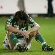 Ein am Boden zerstörter Marc Zellweger nach dem Abstieg des FC St.Gallen in der Barrage 2008.
