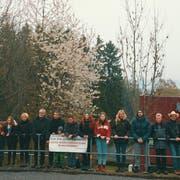 Anwohner des Quartiers Alp haben sich auf dem Viadukt zu einer kleinen Protesaktion gegen die geplante Antenne eingefunden. (Bild: PD)
