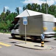Der Fussgängerstreifen bei der Holzbrücke Lütisburg liegt an einer stark befahrenen Strasse, über die danebengelegene Brücke fahren viele E-Bikes. (Bild: Michael Hehli)