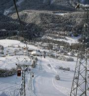 Scuols Skigebiet im Winter 1999: Nicht alle Bahnen überstanden den «Lawinenwinter» unbeschadet. Ein Skilift wurde durch einen Lawinenabgang zerstört. (Archivbild: Foto Taisch, Scuol)