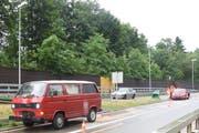 Die beiden roten Unfallautos bei der Ausfahrt Kreuzbleiche von der St.Galler Stadtautobahn. (Bild: Kantonspolizei St.Gallen - 10. Juni 2019)
