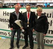 Kevin Räbsamen wurde bei seiner Ankunft im Flughafen Zürich vom ganzen Team der Remo Schönenberger AG empfangen. Auf dem Bild wird er von Roger Kläger (links) und Andrea Kläger flankiert. (Bild: PD)