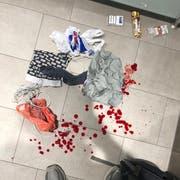 Bluttropfen auf der Toilette zeugen vom Vorfall in der Shopping-Arena. (Bild: Leserbild)