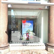Auch die UBS-Filiale wurde von einer Farbbombe getroffen. (Bild: Alexandra Pavlovic)