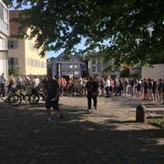 Schlange stehen bei der Appenzeller Kantonalbank. In 45 Minuten waren die Tickets für das Clanx weg. (Bild: Clanx/Facebook)