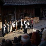 Krabat (rechts) bemerkt erst mit der Zeit, dass der Meister seine Schüler nicht nur im Müllershandwerk, sondern auch in schwarzer Magie ausbildet. (Bild: Christian Regg).
