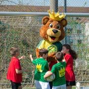Paul, das neue Maskottchen des SC Brühl, hat erster Auftritte bei den jüngsten Junioren bereits hinter sich. (Bild: PD/Kurt Frischknecht)