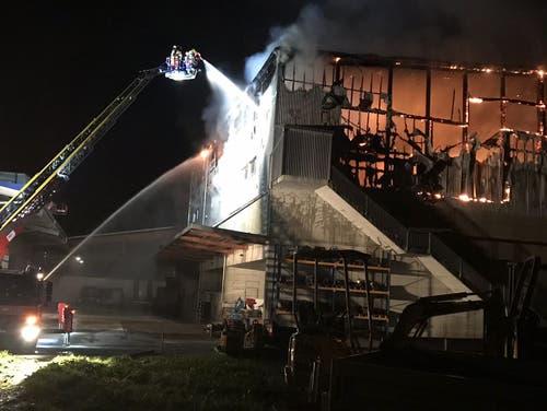 Die Feuerwehr bekämpft den Brand mit einer Drehleiter (Bild: Leserreporter)