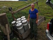 Älpler Werner Gmür belädt die Seilbahn mit den Milchkannen voller Wasser. (Bild: zVg)