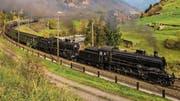 Die Doppeldampftraktion C 5/6 in voller Fahrt auf der Gotthardnordrampe bei Wassen Richtung Süden. | Bild: Justin Meckmann (21. Oktober 2017)