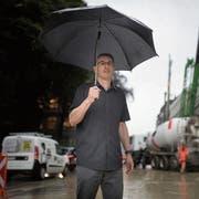 Christian Hasler, Bereichsleiter Verkehr vom St.Galler Tiefbauamt, beobachtet die Verkehrssituation vor der Baustelle bei der Parkgarage UG 25. (Bild: Benjamin Manser)