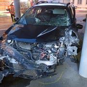 Das Auto wurde beim Unfall stark beschädigt. (Bild: Luzerner Polizei (Kriens, 5. September 2018))