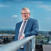 Hat er den Überblick über die Gemeinde? Rolf Born auf dem Dach der Gemeindeverwaltung Emmen. Bild: Boris Bürgisser (Emmen, 21.Juni 2018)