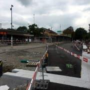 Der Flawiler Bahnhofplatz befindet sich derzeit im Umbau. Das Parkhaus käme auf die Westseite des Areals zu stehen. (Bild:rkf)