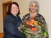 Präsidentin Doris Massaro dankt Vermittlerin Daniela Bisig-Karlen für ihr langjähriges Engagement. (Bild: PD)