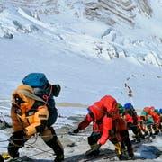 Die Schlange von Bergsteigern auf dem Weg zum Camp 4 des Mount Everest. (Bild: Rizza Alee/AP, 22. Mai 2019)