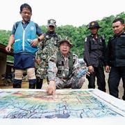 Förster werten auf der Suche nach Bohrmöglichkeiten zur Höhle eine Karte aus. (Bild: Rungroj Yongrit/EPA)