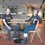 Raphael Kuhn (33) und Alexandra Barreña (31) bringen viel Schweizer Biergeschmack nach Luzern (Foto: Eveline Beerkircher, 4. April 2019, Luzern)