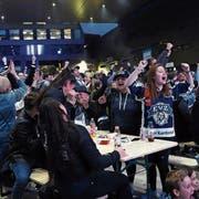 Vor zwei Jahren fanden sich bis zu 3000 Personen zum Public Viewing auf dem Zuger Arenaplatz ein. (Bild: Werner Schelbert, 13. April 2017)