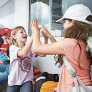 Schulkinder vergnügen sich auf einer Schulreise mit dem Schiff. (Symbolbild: Manuela Jans)