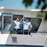 Schiffsführer Urs Arnold (links) und Matrose Sepp Herzog. (Bild: Stefan Kaiser, Zug, 23. Juli 2019)