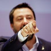 Der italienische Innenminister Matteo Salvini steht zunehmend isoliert da. (Luca Bruno/AP, Mailand, 8. April 2019)