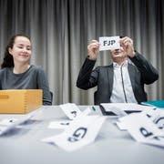 Nach Auslosung der Nummer 10 für die FJP: Glücksfee Katja Zürcher und Stadtschreiber Ralph Limoncelli. (Bilder: Reto Martin)