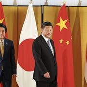 Der japanische Premierminister Shinzo Abe (links) empfing am Donnerstag den chinesischen Präsidenten Xi Jinping. Bild: Kimimasa Mayama/AP (Osaka)