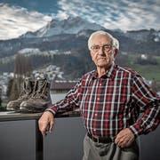 Wackerer Wandersmann: Peter Enz auf seinem Balkon - mit vorzüglichem Blick auf den Pilatus. (Bild: Pius Amrein, Kriens, 15. Januar 2019)