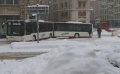 Das Malheur am Spisertor: Ein Regiobus hatte sich nach einem Unfall dermassen verkeilt, dass er nicht mehr vorwärts oder rückwärts fahren konnte. Auch für die Appenzeller Bahnen von und nach Trogen (rechts im Hintergrund) war kein Durchkommen mehr. (Bild: Stadtpolizei St.Gallen - 10. Januar 2019)