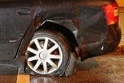 Die Schäden an einem der am Strassenrand parkierten, von der jungen Frau gerammten Autos.