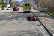 Die Unfallstelle vom Karfreitag mit dem totalbeschädigten Töff. (Bild: Stadtpolizei St.Gallen - 19. April 2019)