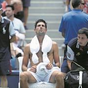 Novak Djokovic mit einem «Ice-Bag» auf den Schultern.Bild: Jason Szenes/Keystone (New York, 28. August 2018)