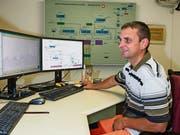 Betriebsleiter Erich Imhof im Kommandoraum des Seewasserpumpwerks. (Bild: Erhard Gick)