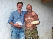 Sepp Amstutz (links) und Gölä mit frischem Käse auf der Alp. (Bild: pd)