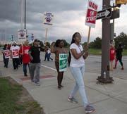 Ruf nach höheren Löhnen: GM-Angestellte sind unzufrieden mit den Arbeitsbedingungen. (Bild: Kathleen Galligan/AP) (Bild: keystone-sda.ch)