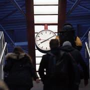 Bei massiven Zugverspätungen sollen Passagiere künftig mehr als nur einen Kaffeebon erhalten. (Bild: Keystone)