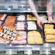 Blick in die Fleischtheke in einem Coop-Laden. (Bild: Gaetan Bally/Keystone (Seewen, 15. Mai 2018))