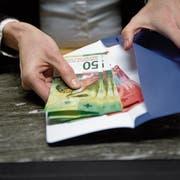Gewisse Banken verlangen fürs Bargeld-Abholen am Schalter Gebühren. Bild: Corinne Glanzmann (Luzern, 18. Januar 2018)