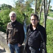 Ingenieur Urban Fenner von der Firma Fröhlich Wasserbau und Gemeindepräsident Peter Mathys am Geisslibach. (Bild: Thomas Güntert)