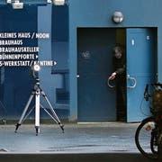 Die Polizei untersucht den Tatort, wo Frank Magnit attackiert wurde. Bild: Focke Strangmann/EPA (Bremen, 8. Januar 2019)