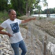 Der Bauleiter Peter Hunziker erklärt die Renaturierungsmassnahmen am Rheinufer. (Bild: Thomas Güntert)