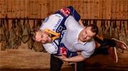 Hockeyprofi Jesse Zgraggen wird von Schwinger Christian Schuler problemlos in die Höhe gehievt. (Bild: Pius Koller)