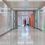 Die Reinigung aller Kantonsschulen soll von Drittfirmen übernommen werden. (Symbolbild: Getty)