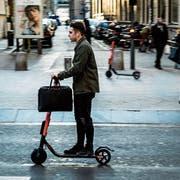 E-Trottinette erobern europäische Städte. Ein schwedischer Anbieter will sie nun in St.Gallen vermieten. (Bild: Getty)